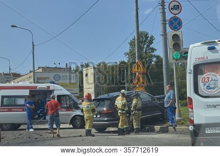 Saint Petersburg, Russia-june 08, 2019: An Suv Drove Into A Pole At An Intersection