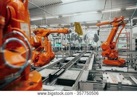 Stopped Automatic Arm Robots In Automotive Due To Economic Crisis, The Global Economic Crisis In Ind