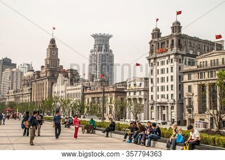 Shanghai, China - May 4, 2010: Huangpu River Boardwalk With Lots Of People And Row Of Historic Finan