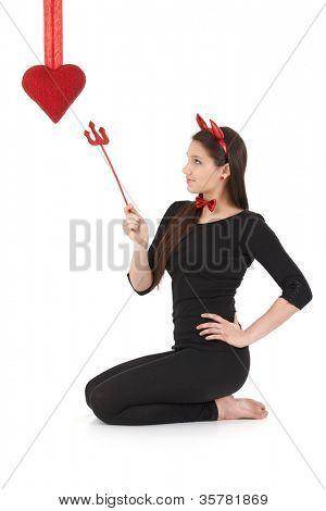 hübsche Frau Teufel Kostüm tragen, am Valentinstag.