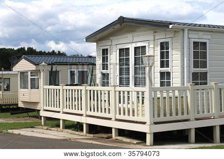 Utsidan av moderna husvagn, husbil eller släpvagn i park, allmän bild av en hyra.