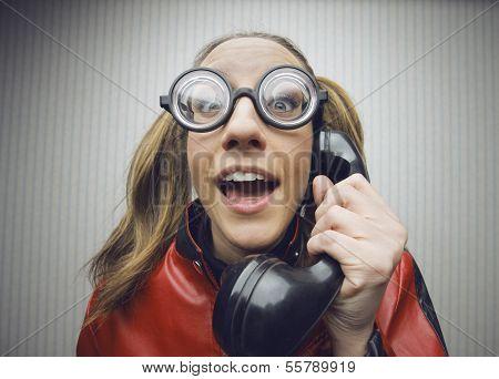 Nerdy Frau sprechen auf eine schwarze Vintage Wählscheiben-Telefon
