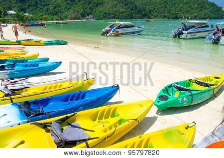 KRABI,THAILAND - FEBRUARY 25 : island famous attractions.Tourists of different countries come to visit the beautiful islands of Andaman and popular sunbathing on FEBRUARY 25 , 2012 in Krabi.