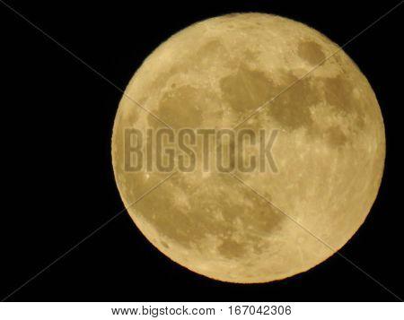 Lua cheia brilhante no céu de Portugal