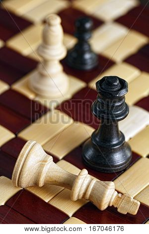Queen defeats King in checkmate chess game