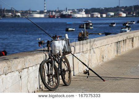 La Habana, Cuba: La bicicleta es el medio de transporte de los pescadores habaneros. Julio de 2016. Habana cuba .