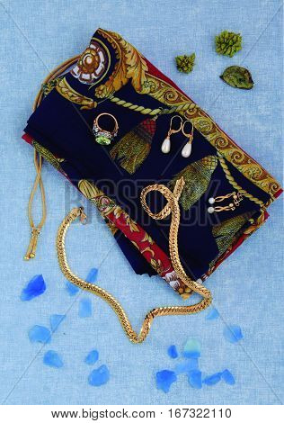 Sample of gold items shown to choose the complement according to the dress.