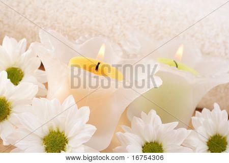 Kerzen und Gänseblümchen-Blumen - Kosmetikbehandlung