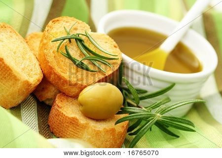 Baguette und Olivenöl - lecker Snack - Essen und trinken