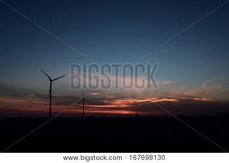 zonsopkomst met heel veel kleurschakeringen en silhouet van windmolen