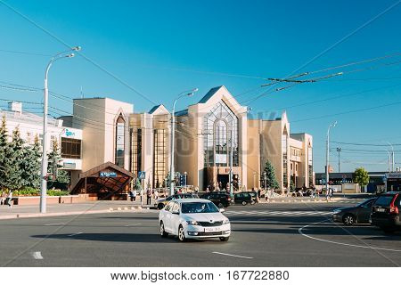 Gomel, Belarus - August 10, 2016: Railway Station Building In Sunny Summer Day And Traffic On Railway Station Square.