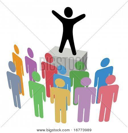 Una persona hace una comunicación anuncio a un grupo en una caja de jabón de campaña