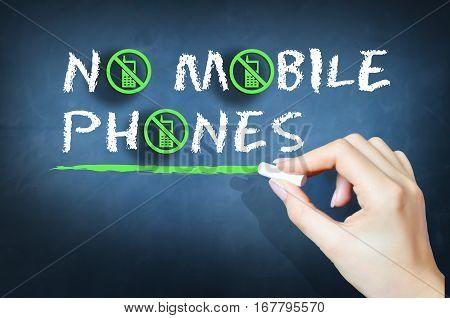 No mobile phones handwritten text on chalkboard