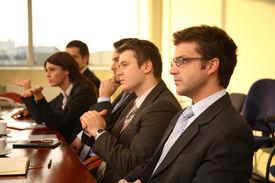 Cinco personas de negocios en una conferencia, entrevista