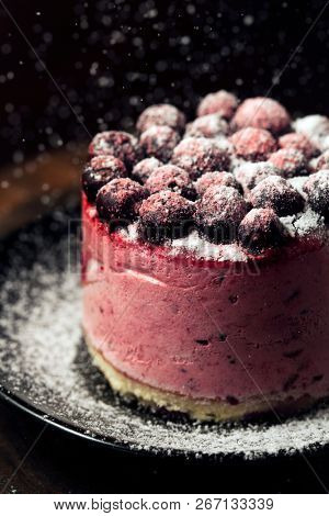 Cake with berries with powdered sugar