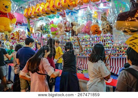Bangkok/thailand - 24 November 2015:unacquainted Thailand People Or Tourist Playing Thai Local Stree