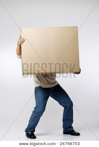 stock imagen del hombre que lleva la caja de papel