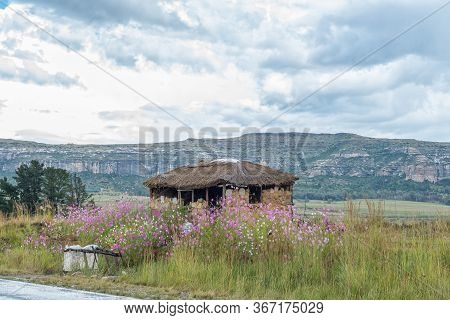 Fouriesburg, South Africa - March 20, 2020: The Ruin Of A Farm Stall Next To Road R26 Between Fourie