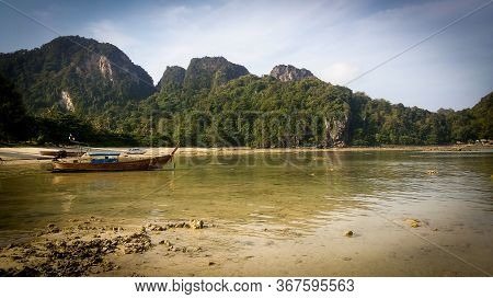 Beautiful Long Tail Boat In Sunset In Phi Phi Village Beach In Krabi Province. Ao Nang, Thailland