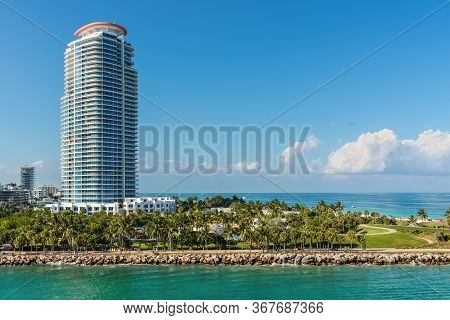 Miami, Fl, United States - April 28, 2019: Luxury High-rise Condominiums And South Pointe Park On Th