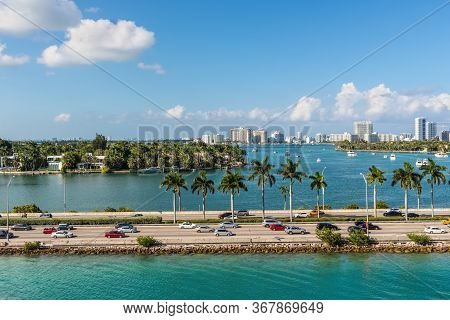 Miami, Fl, United States - April 28, 2019: Causeway From Downtown To Miami Beach, Biscayne Bay And S