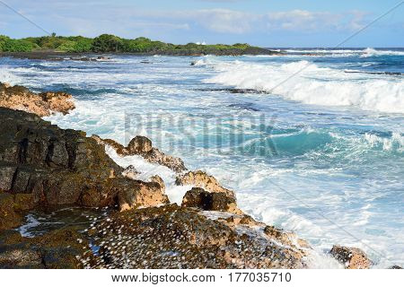 Strong Waves Rushing To The Shore Of The Big Island Of Hawaii