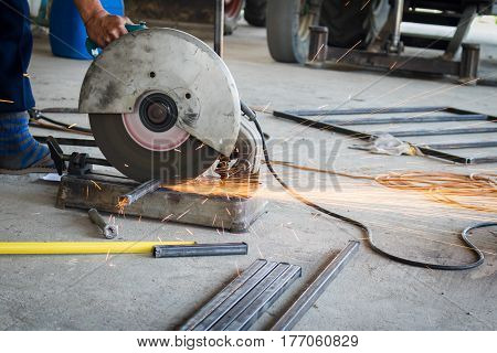 Mechanic use cut off saw machine cutting steel unsafe on protection.
