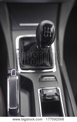 Mechanical gearshift knob for a car with a shallow depth of field
