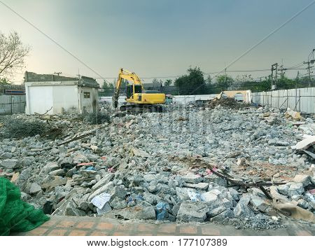 A deserted place was dismantled and demolished by excavator to prepare for new construction.