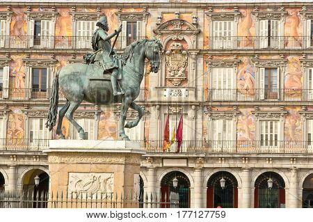 Statue of Philip III with Bakery House (Casa de la Panaderia) on bakcground on Plaza Mayor in Madrid Spain