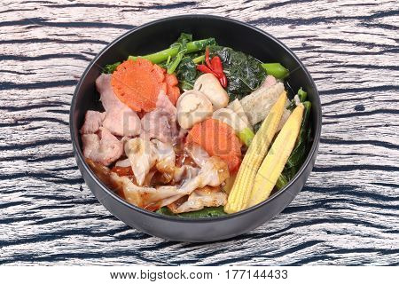 Fried Big Noodle With Chinese Kale ,pork,vegetable In Soup.