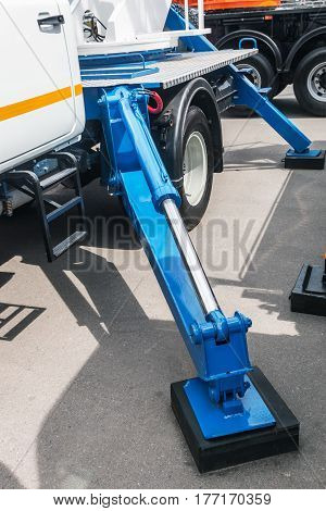 Crane hydraulics for lifting and holding the machine