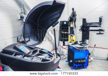 Garage equipment for mounting and balancing wheels of cars