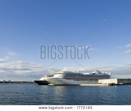 Angedockte Kreuzfahrtschiffe
