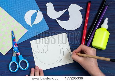 Making a greeting card for Mother's Day. Children's art project. DIY concept. Step-by-step photo instruction. Step 2. Drawing the details by dint of templates