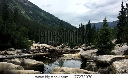 A picture of a river in the mountains