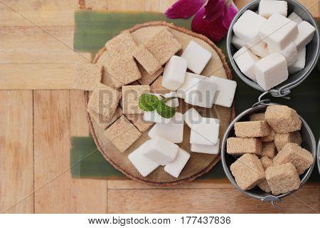 Cane sugar cubes and white sugar cubes