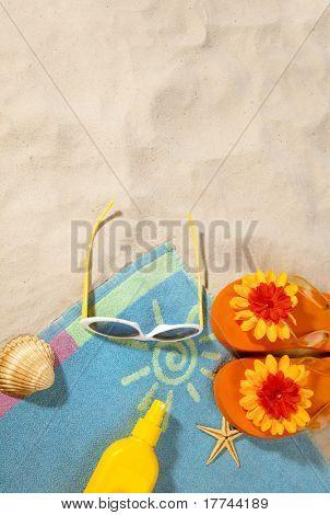 artigos de praia em uma toalha com cópia-espaço