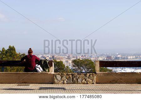 Mirando a la ciudad de mallorca desde el mirador.