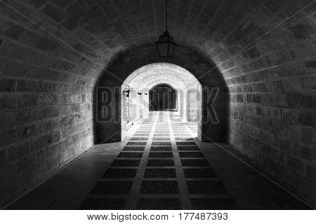 túnel cerca de la catedral que evoca al pasado.