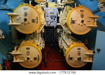 Control of torpedo tubes on a submarine