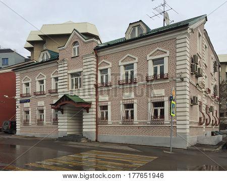 Renovated old style living house on Bolshoy Poluyaroslavskiy pereulok in Moscow