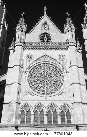 Leon (Castilla y Leon Spain): exterior of the medieval cathedral in gothic style: facade. Black and white