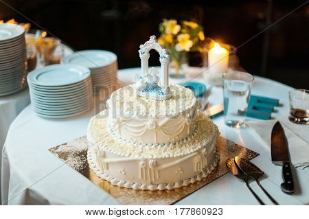 White wedding cake with two white doves on top