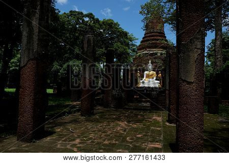 Wat Chang With Buddha Statues Historical Park In Kamphaeng Phet,