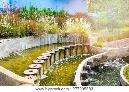 Pond Water In The Garden / Beautiful Classic Round Design For Fish Pond Garden With Fountain Water F