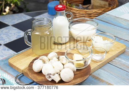 Ingredient For Cooked Mushroom Cream Soup / Cooking Mushroom Cream Soup Concept