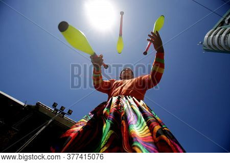 Salvador, Bahia / Brazil - February 2, 2019: Juggler Is Seen During A Performance In The Ondina Neig