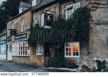 Stow-on-the-wold, Uk - July 6, 2020: Exterior Of The Queens Head Inn And Pub In Stow-on-the-wold, A
