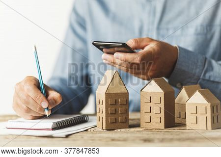 Real Estate Rental Through Application In Phone. Using An Online Site To Find Home While Traveling.
